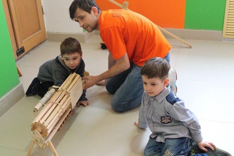 Фото к Юные изобретатели запустили  катапульту.