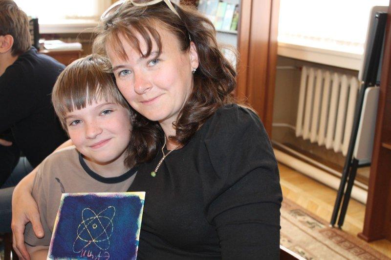 Фото к Челябинский информационный центр по атомной энергии  организовал мастер-классы «История создания книги» на  выставке международного конкурса плаката «Право на образование» («The Right To Education»).