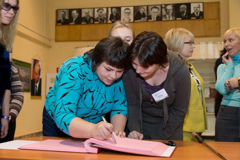 Фото к Более полутора тысяч человек посетило выставку «Атомный проект СССР: история в документах»